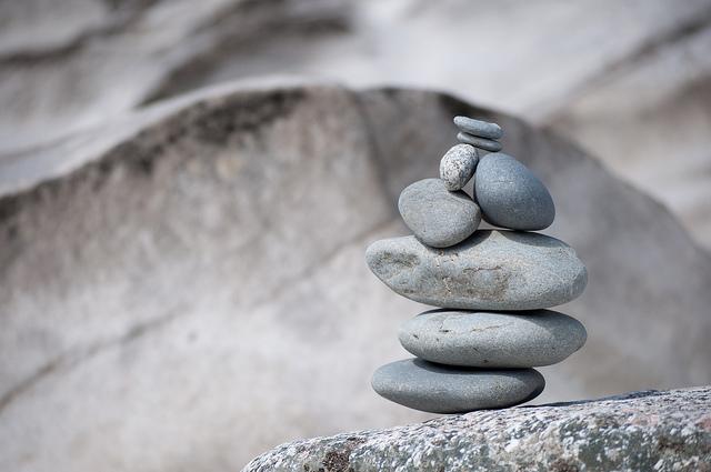 Un montage de cailloux posé sur une pierre.
